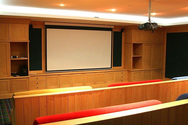 Salle de cinéma du Cigare Lounge du Châlet Royalp Hôtel & Spa
