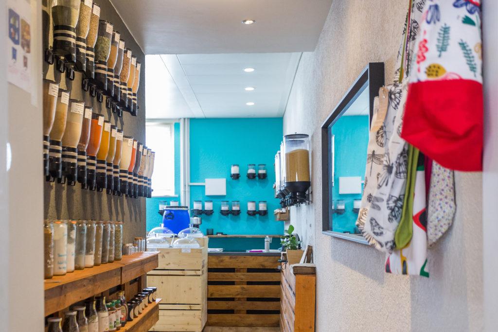 Chez Basic. à Lausanne, on y trouve de l'alimentaire, comme les épices en vrac, ainsi que des ingrédients (bicarbonate de soude, argile...) pour faire ses propres cosmétiques.