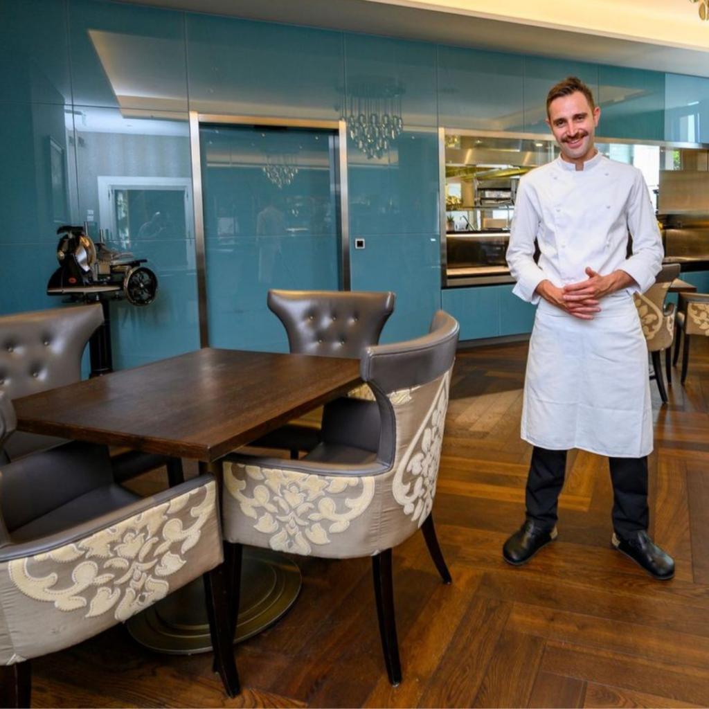 Le Chef Thomas Vételé dans la Brasserie du Royal Savoy